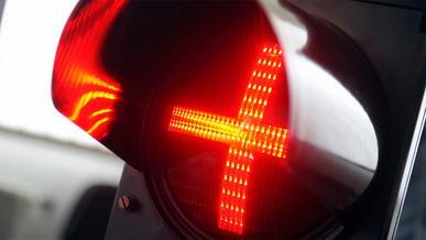 Что означает светофор с красным плюсом?