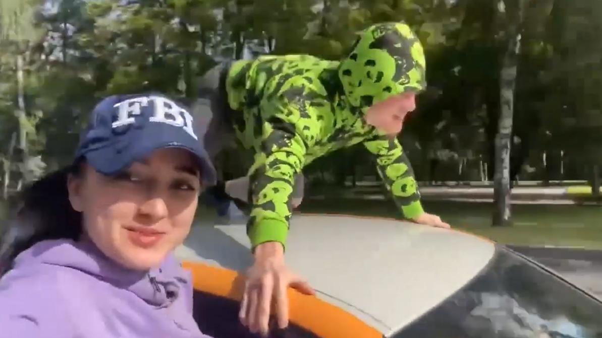 Парень решил прокатиться на крыше BMW из каршеринга