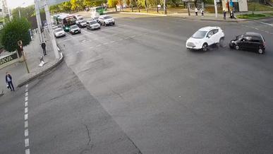 Кроссовер накрыл пешехода на тротуаре. Участникам ДТП вынесли приговор