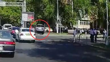 Subaru Outback вылетел на тротуар и сбил девушку в Алматы