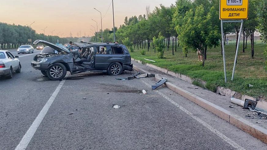 Водитель вылетел из Lexus LX 470 в ДТП