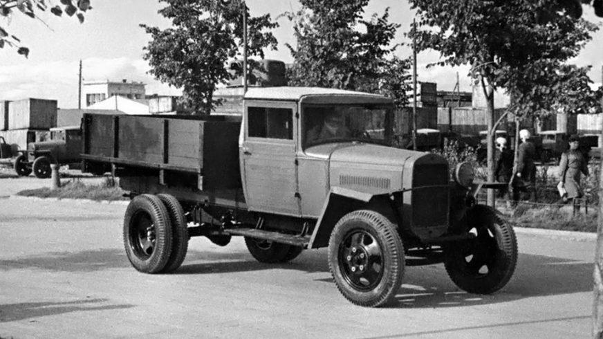 Самый массовый грузовик — полуторка, ГАЗ-ММ военного периода без одной фары с брезентовой крышей