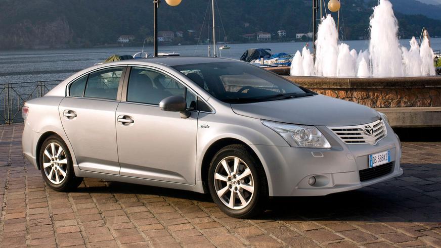 2008: Toyota Avensis-тің үшінші буыны (Т27). Ұзындығы бойынша сәл өсті, алайда автомобильдің пішініндегі концептуалды өзгерістердің серпіндірек болғаны көбірек байқалады