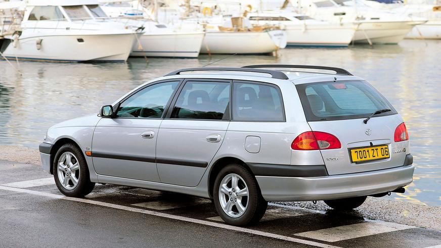 1997: Toyota Avensis-тің алғашқы буыны (Т22). Үш түрлі шанаққа ие болды — седан, универсал және лифтбек