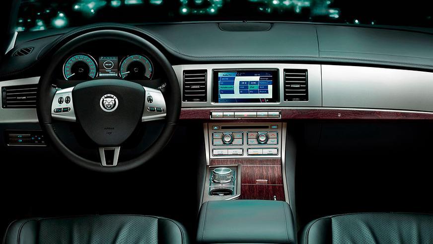 2008 год — Jaguar XF первого поколения