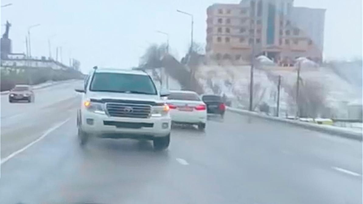 """Водителя """"двухсотки"""" оштрафовали за езду задним ходом в Шымкенте"""