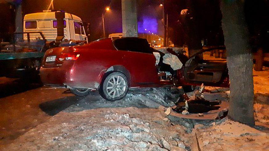 Lexus GS влетел в фонарный столб в Алматы