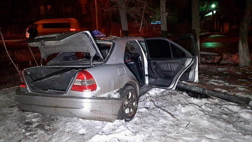Mercedes-Benz перевернулся в Алматы