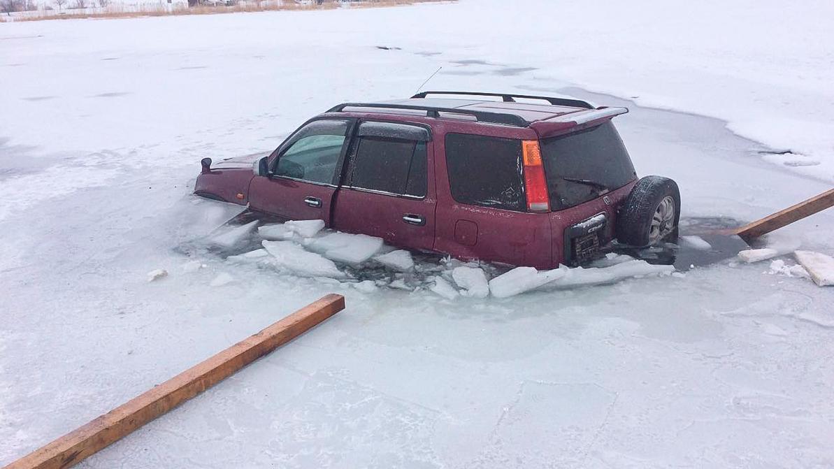 Два автомобиля провалились под лёд в субботу