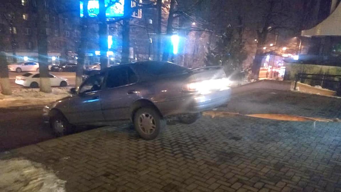 Toyota Camry из Шымкента застряла на лестнице в Алматы