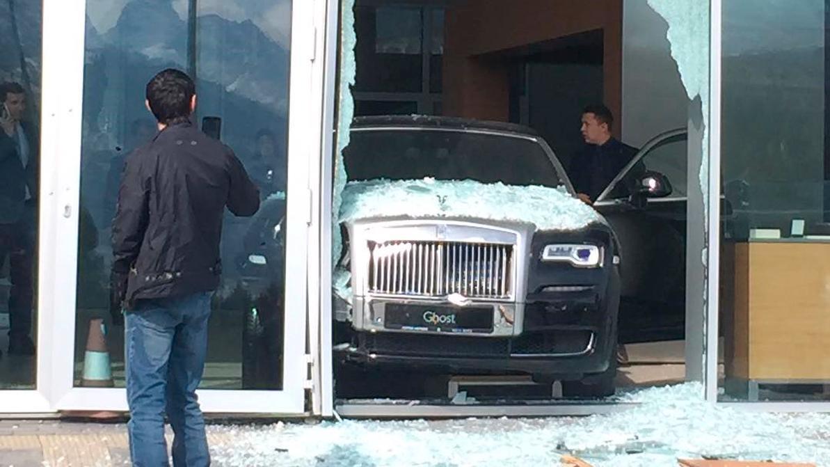 Rolls-Royce Ghost протаранил стекло шоу-рума марки в Алматы