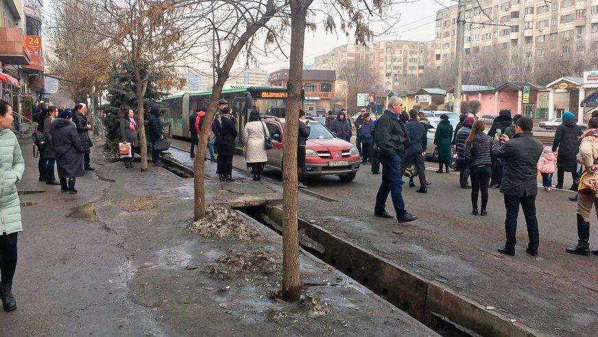 Почему встали автобусы-«гармошки» на Толе би в Алматы