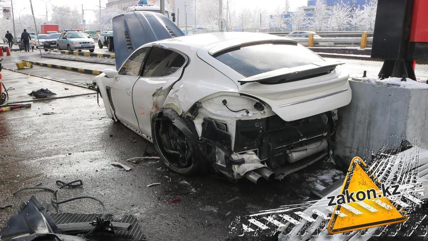 Porsche Panamera боком влетела на заправку в Алматы