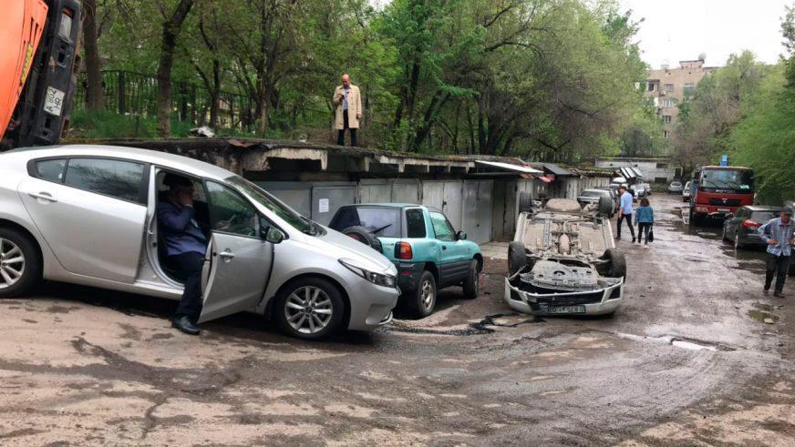 Мусоровоз опрокинулся в Алматы. Повреждено несколько машин