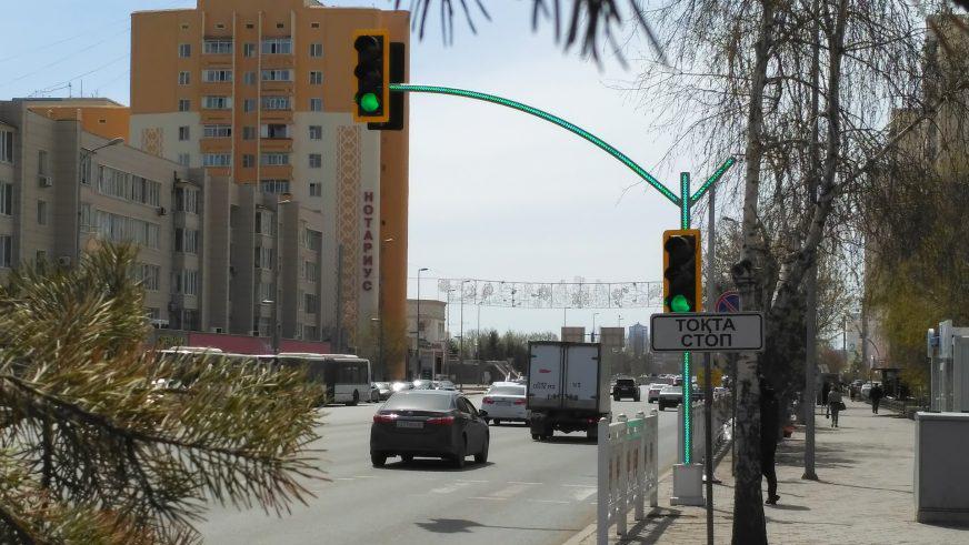 В Астане установили первый светофор со светящимися опорами