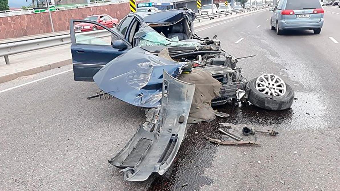 В Алматы Volvo S80 протаранил грузовичок, стоявший у обочины