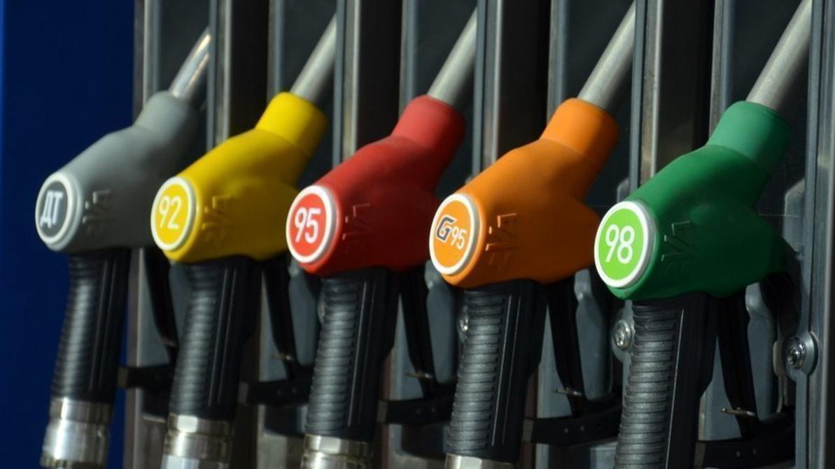 Бензин продолжает дешеветь, а дизель, наоборот, дорожает.