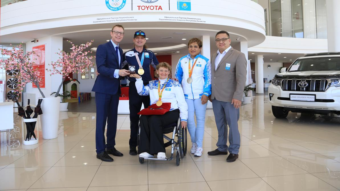 Toyota передала четыре автобуса Национальному паралимпийскому комитету