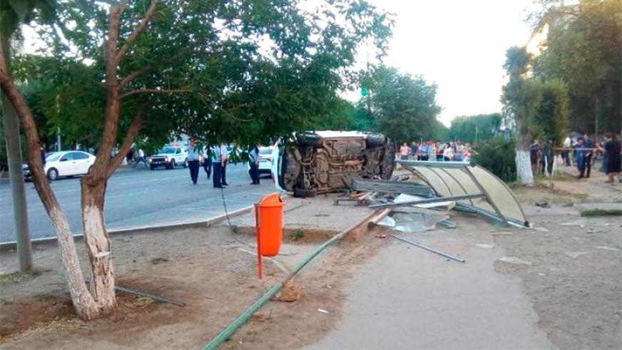Toyota влетела в остановку в Атырау. Шестеро пострадали