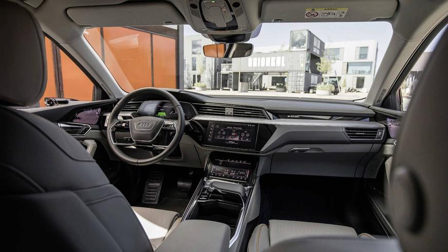 Audi показала салон кроссовера с дисплеями в дверях
