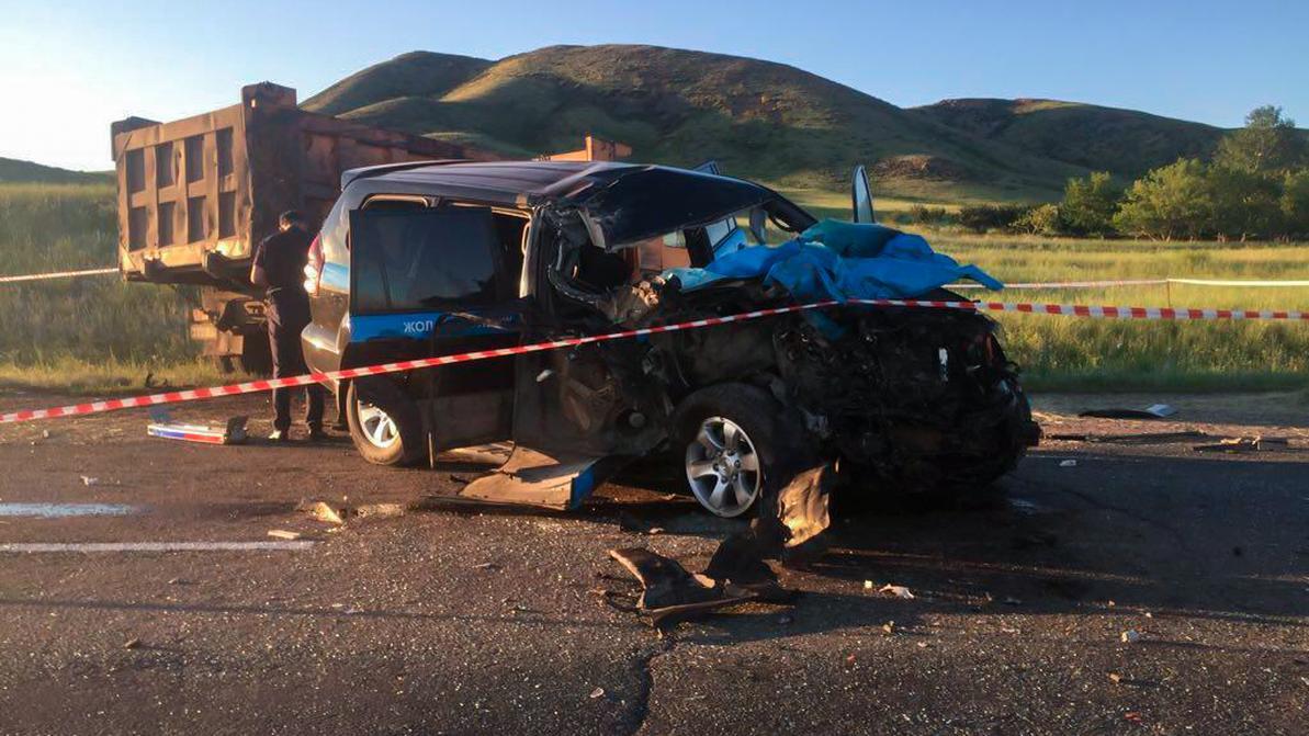 Полицейский Toyota LC Prado столкнулся с грузовиком на трассе