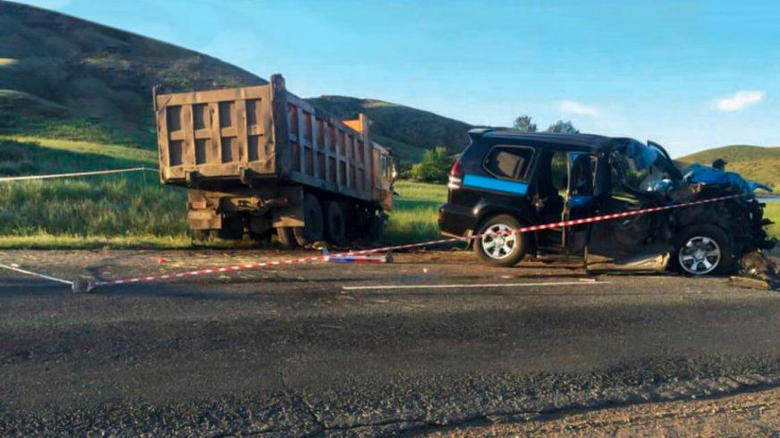 Полициялық Toyota LC Prado тас жолда жүк көлігімен соқтығысып қалды
