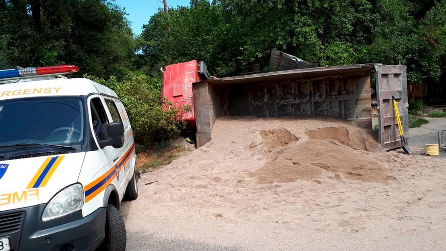 Китайский грузовик насмерть переехал водителя в Алматы