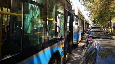 Вереница из 15 троллейбусов перегородила ул. Калдаякова в Алматы