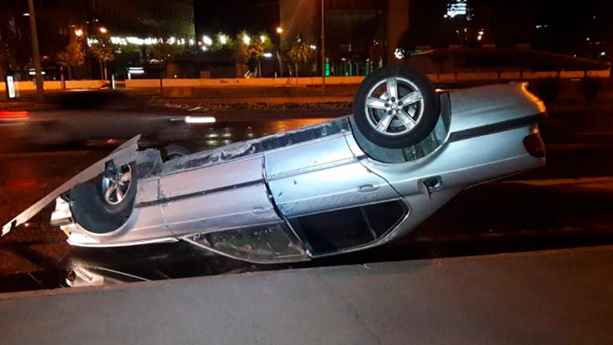 «Семёрка» BMW опрокинулась на Аль-Фараби в Алматы