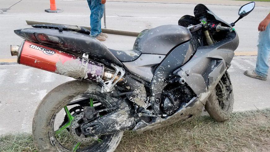 Зацементированный мотоцикл нашли на шоссе в США