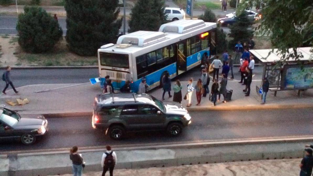 Автобус вылетел на островок BRT в Алматы