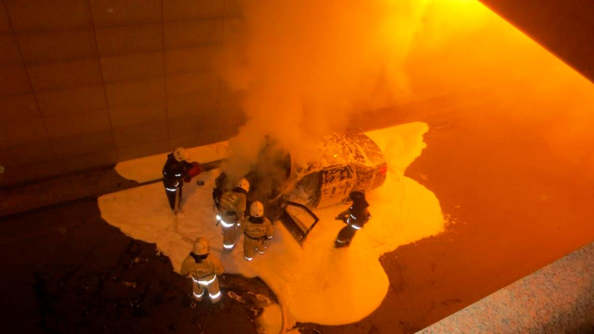 В Астане автомобиль загорелся в тоннеле