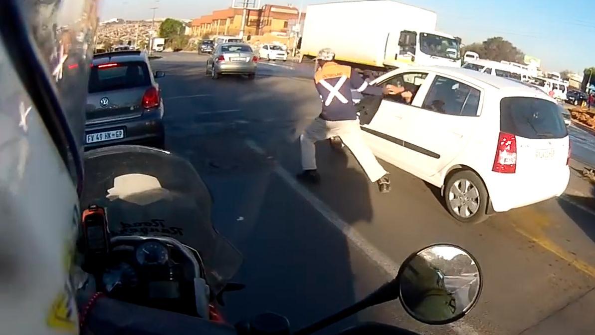 Байкер помешал грабителю украсть сумку из машины