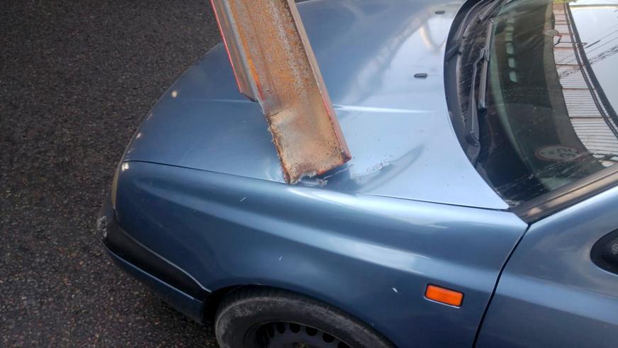 Volkswagen Vento чудом не нарвался на швеллер под мостом в Алматы
