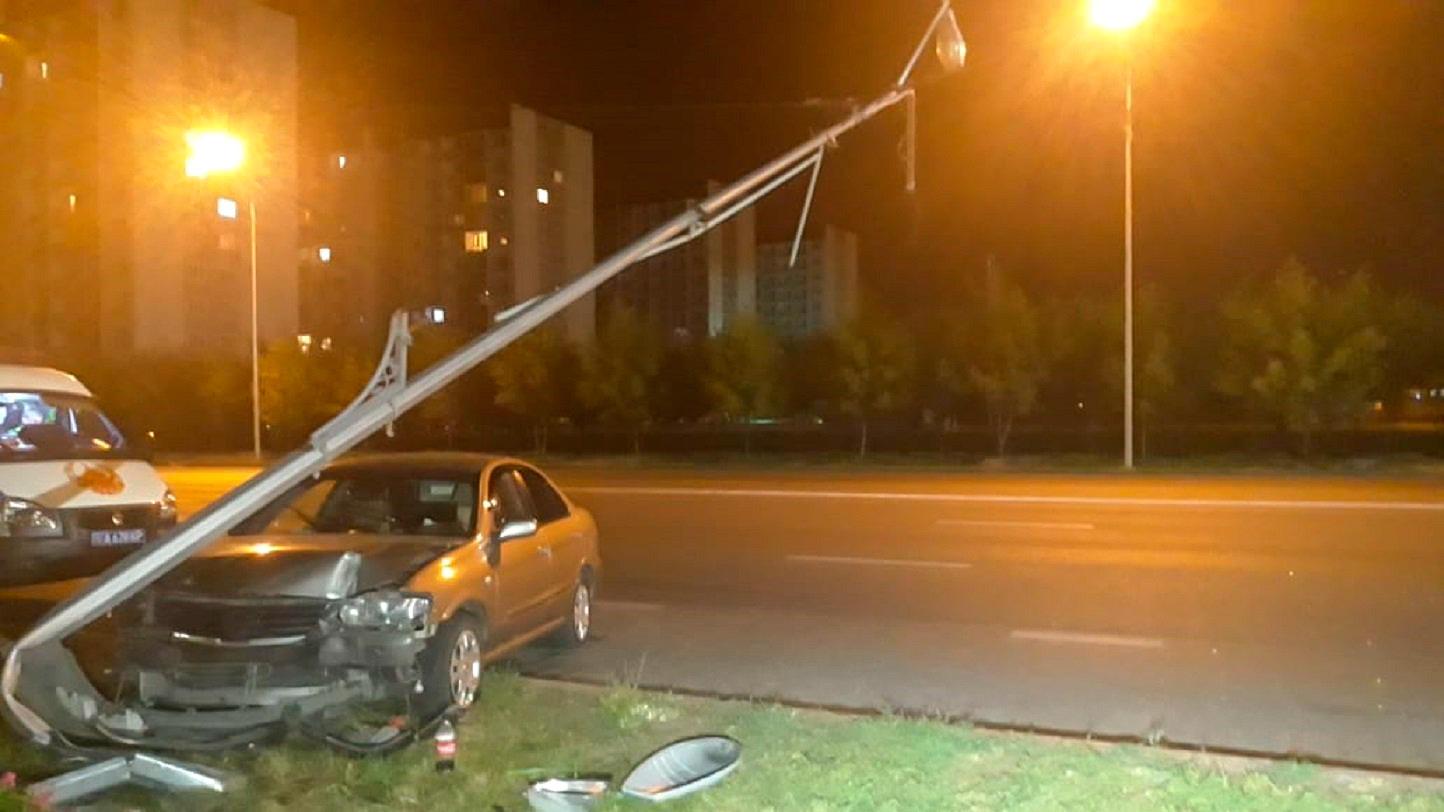 Водитель отвлёкся на телефон и вылетел на встречку в Алматы