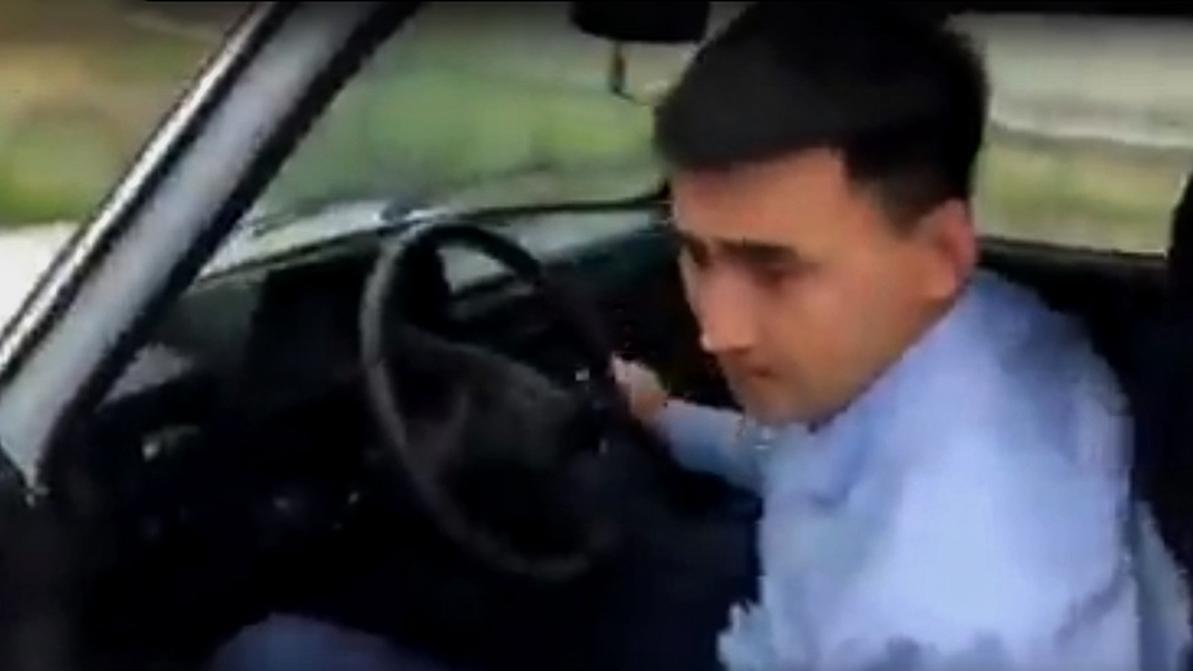Пьяного полицейского на «Ниве» сняли на видео