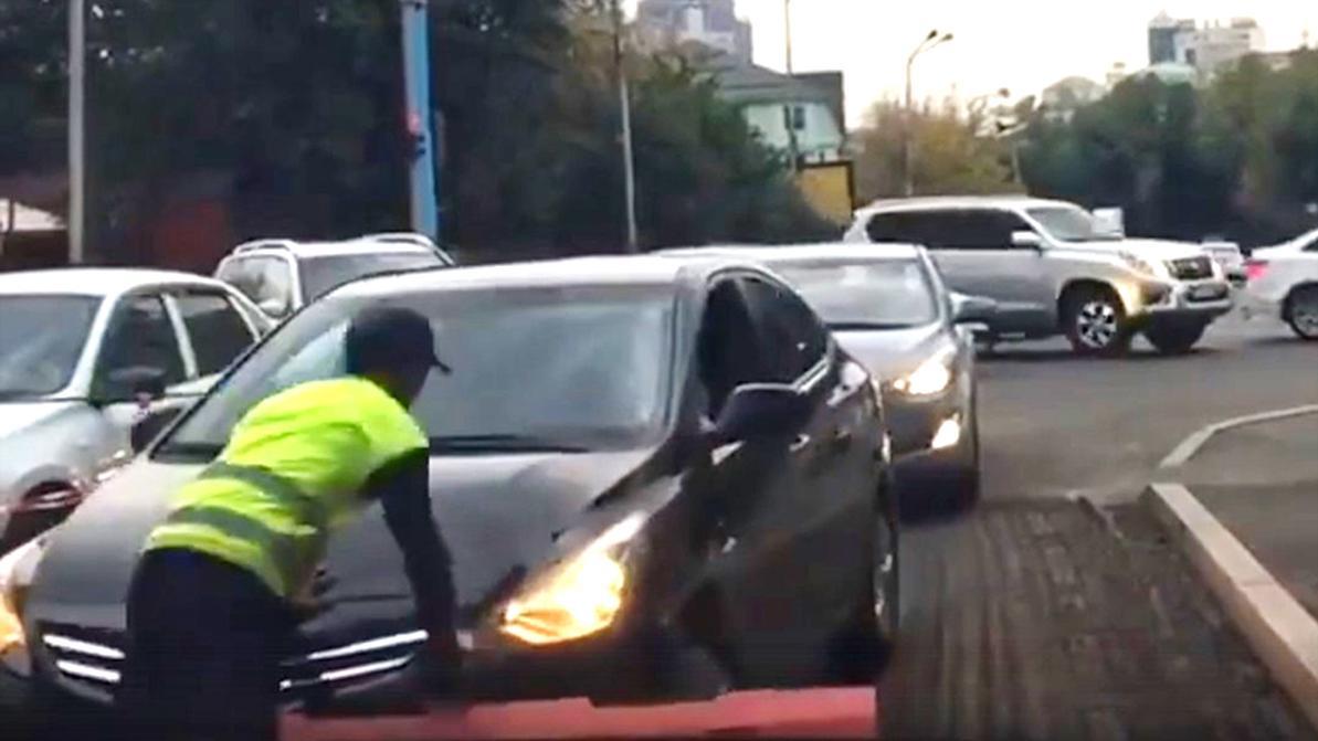 Неадекватная девушка напала на дорожного рабочего в Алматы