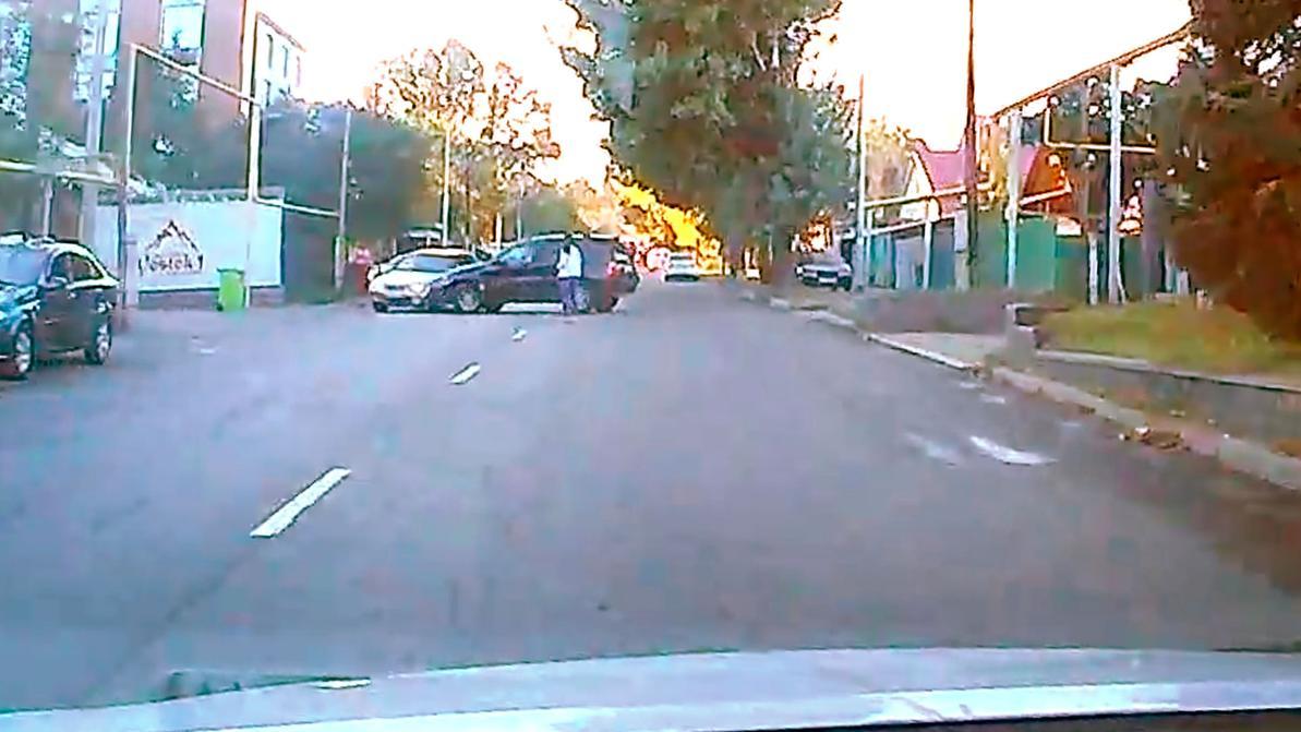 Манёвр BMW X5 отправил Toyota Camry в столб. Кто виноват?