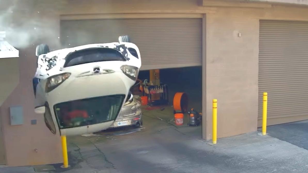 Mazda 2 свалилась с парковки из-за застрявшей ноги