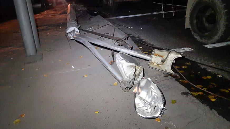 Бетономешалка снесла столб, который упал на Hyundai Accent