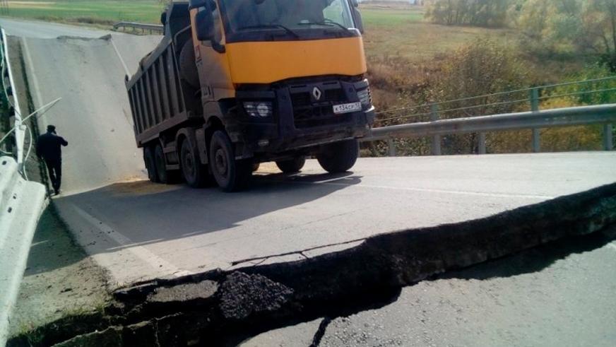 В один день в России под тяжестью грузовиков рухнули два моста