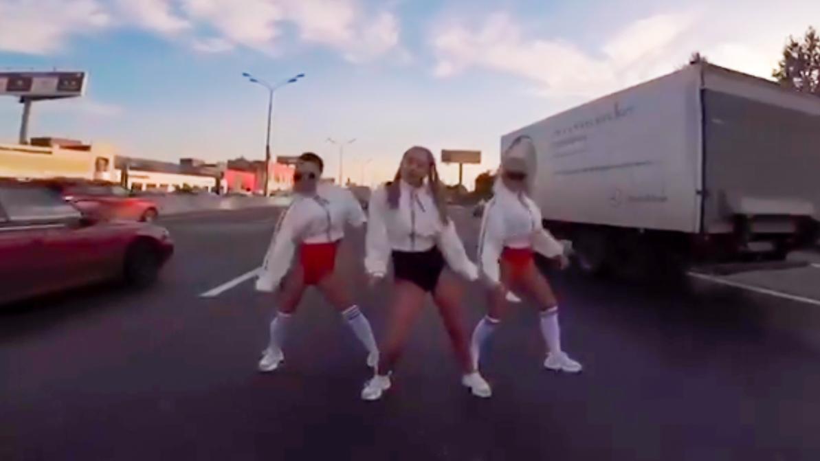 Жена депутата устроила танцы посреди дороги