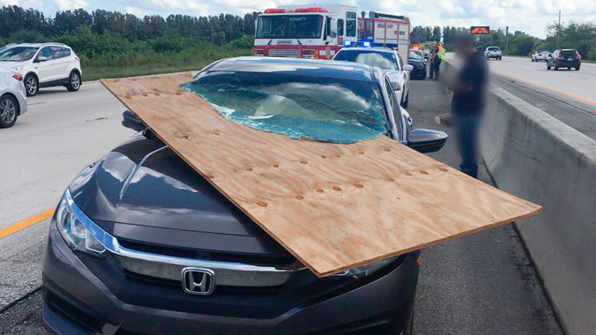 Лист фанеры прошил лобовое стекло Honda Accord в США