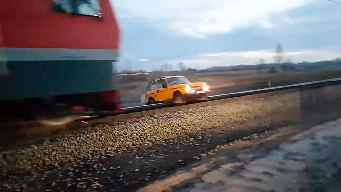 """Поезд сбил """"Ниву"""", застрявшую на железнодорожных путях"""