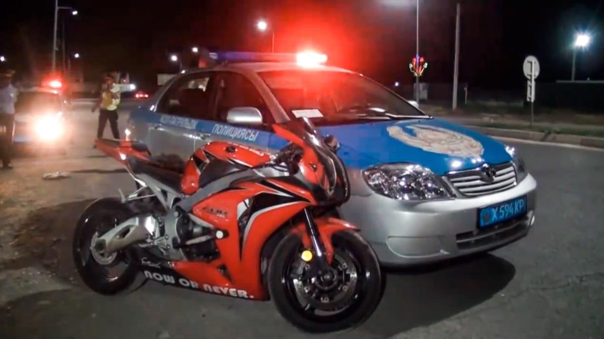Патрульные против мотоциклиста: так кто кого таранил в Шымкенте?