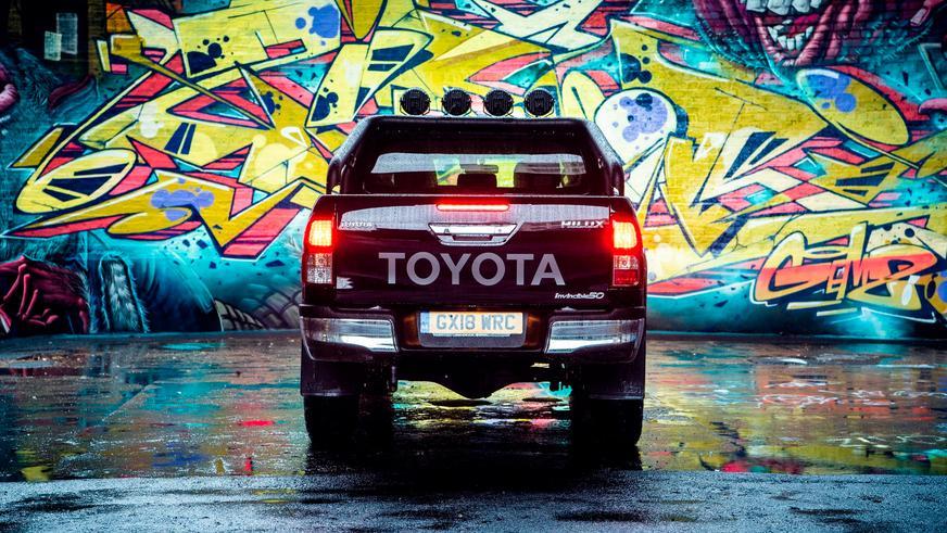 Toyota построила особенный Hilux в честь 50-летия модели
