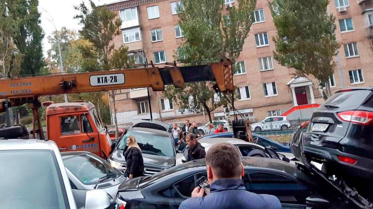 Автокран протаранил 19 машин в Киеве