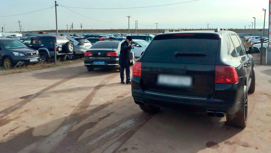 Два Porsche Cayenne отобрали у астанчан за неуплату налогов