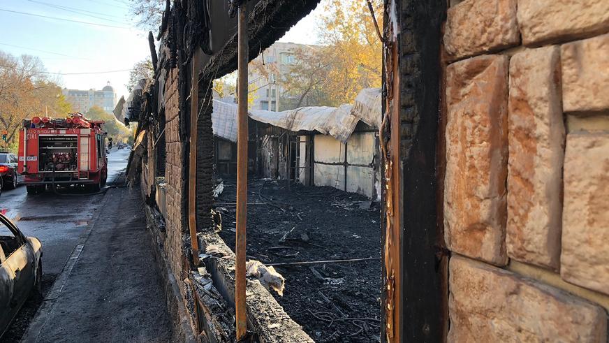 В Алматы при пожаре в кафе огонь уничтожил несколько машин