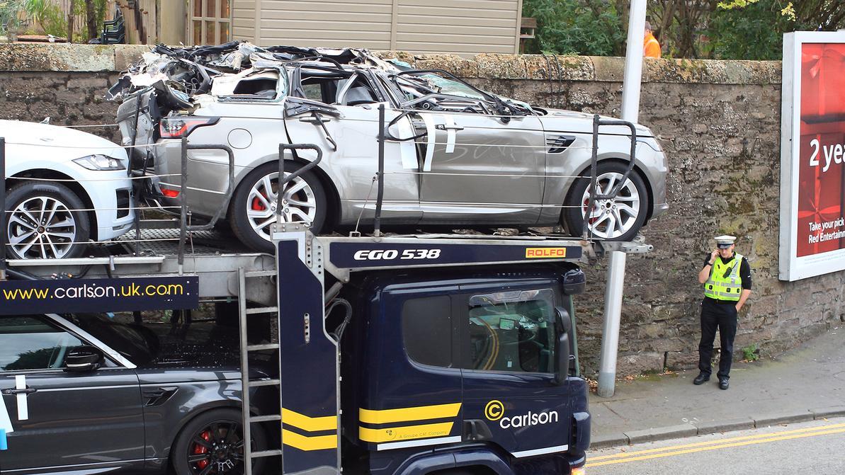 Низкий мост срезал крышу с Range Rover и Jaguar